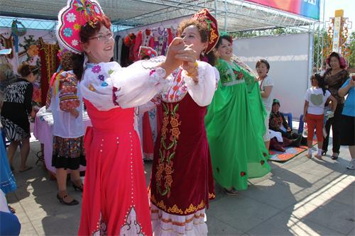 身著盛裝的俄羅(luo)斯族群眾