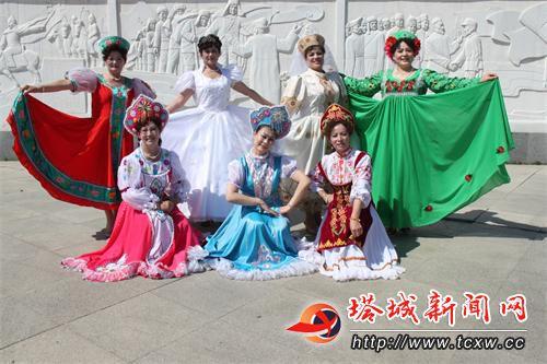 身(shen)著盛裝的俄羅斯族群(qun)眾