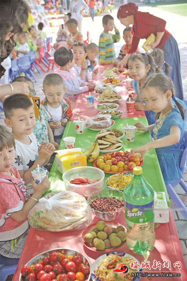 """5月27日,沙湾县实验幼儿园开展""""文化才艺展美食节""""活动,孩子在家长"""