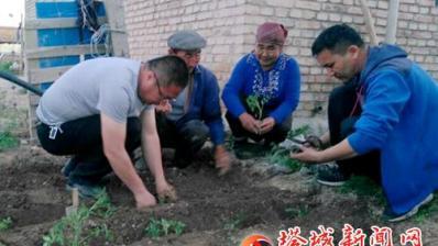 帮村民发展庭院经济