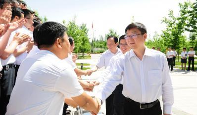 地区领导与援疆干部共度端午佳节