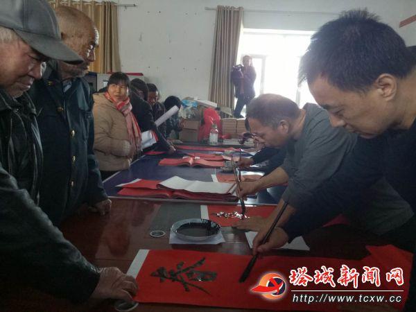 地委宣传部邀请地区书法家协会会员到裕民县哈拉布拉乡霍斯喀巴克村