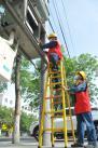 □国网新疆电力公司沙湾县供电公司工人坚守在工作岗位,为全县用电系统正常运转提供坚实保障。