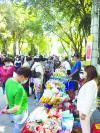 □琳琅满目的传统美食展区吸引了市民前来选购。